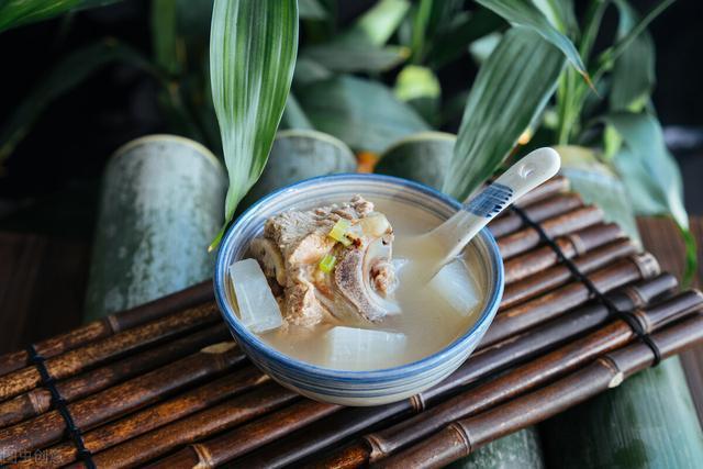 炖出的排骨汤,奶白醇香无腥味要做到两个技巧