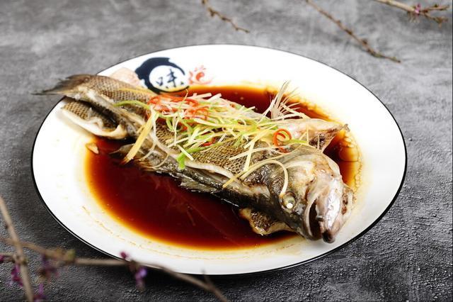 清蒸鱼的做法,今天教你这样做清蒸鱼,鱼肉更香嫩